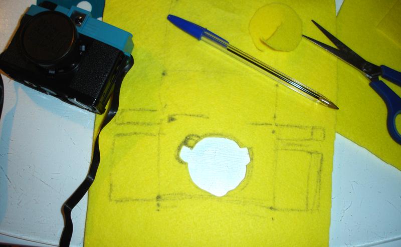 Tomar medidas de la cámara sobre el fieltro - DIY Funda para cámara Diana Mini