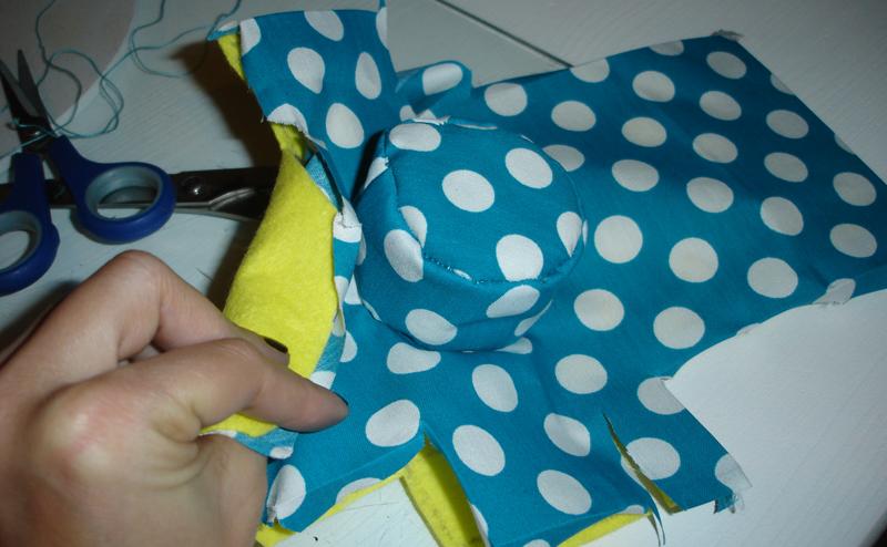 Une las dos partes y el sobrante de la tela dóblalo con la plancha - DIY Funda para cámara Diana Mini