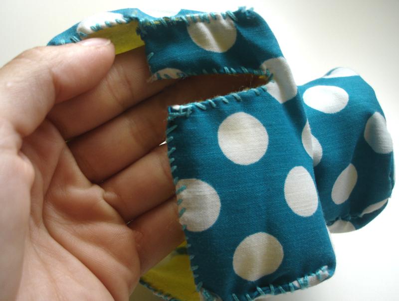 Cose los bordes del forro y la tela uniendo las aristas de la cámara - DIY Funda para cámara Diana Mini