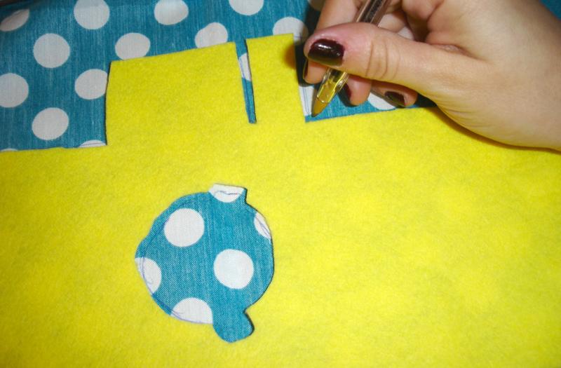 Marca la tela y córtala con medio centímetro de distancia - DIY Funda para cámara Diana Mini