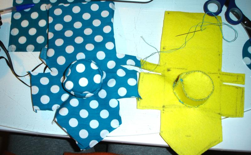 Cose las partes del objetivo al resto de la funda con puntadas - DIY Funda para cámara Diana Mini